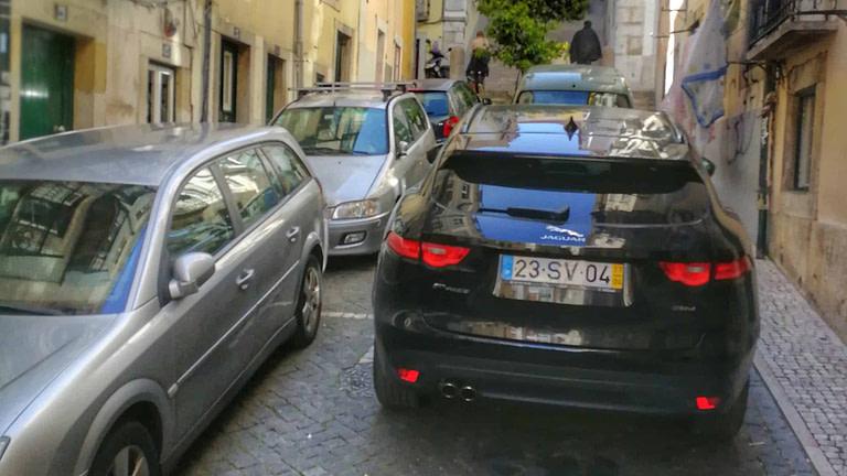 Le stationnement est compliqué à Lisbonne, surtout dans le centre ville il faut trouver des solutions pas chères voir gratuites