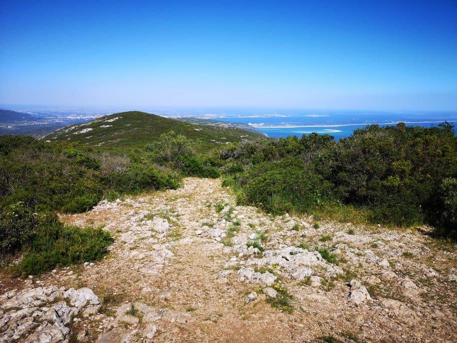 Randonnée à Lisbonne sur la serra da arrabida en haut du sommet avec vue sur l'ocean