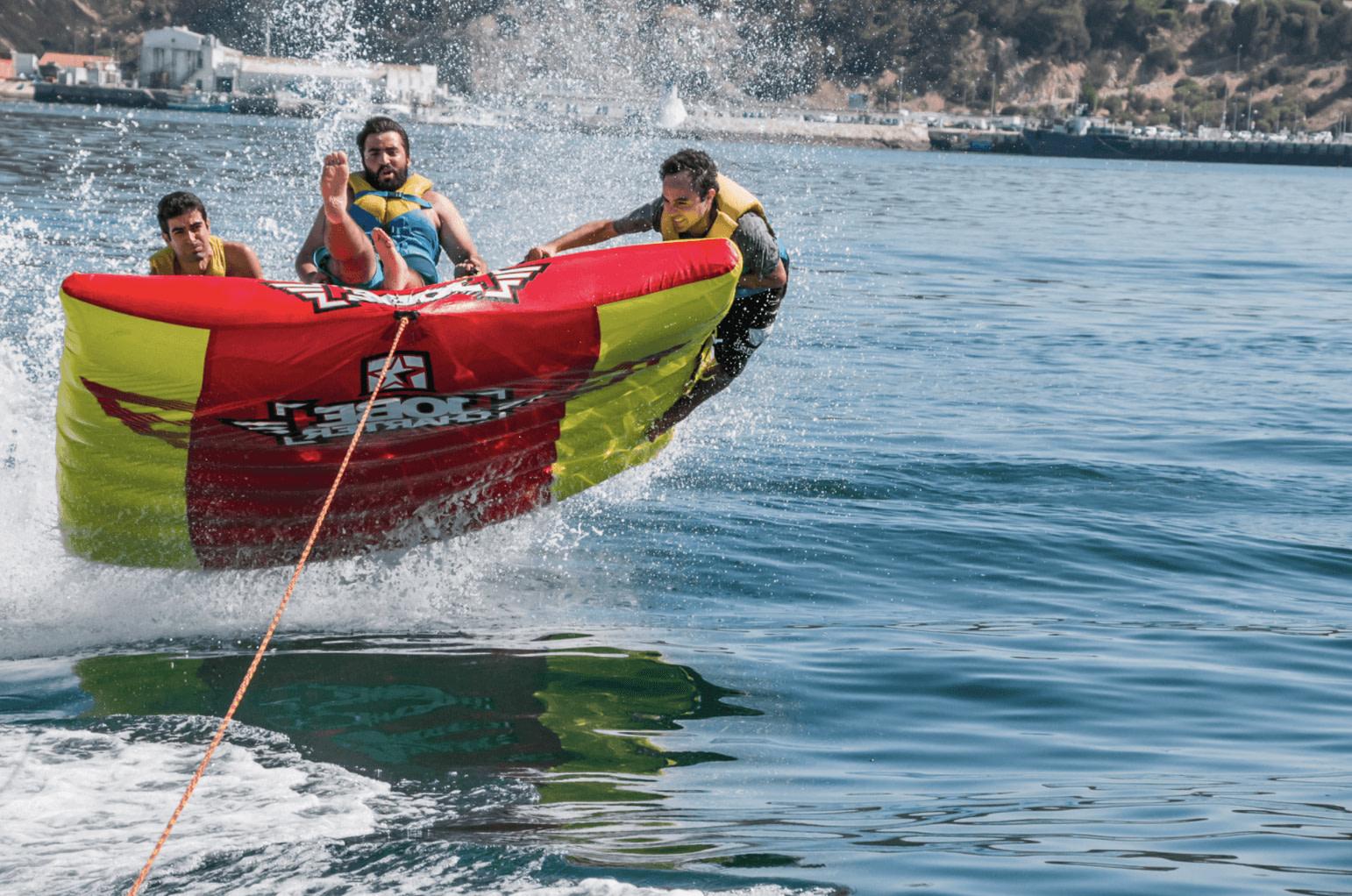 Tour fun en bateau avec tube nautique