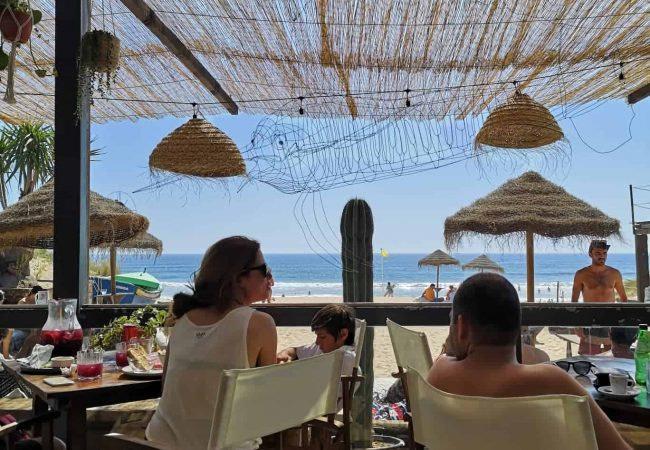 Yamba le meilleur lounge bar beach club de lisbonne avec des soirées au coucher de soleil sur les plages de caparica