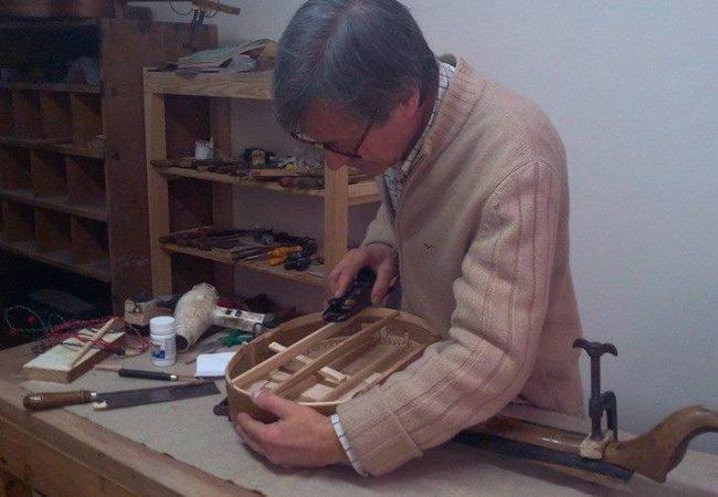 Acacio est un luthier de renom, un vrai artisan de lisbonne