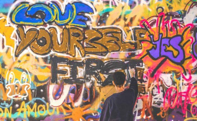 Artiste de rue amateur de graffiti à Lisbonne où on peut voir du street art dans la plupart des quartiers du centre ville