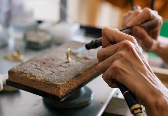 Valeire lachuer est une bijoutiere de talent à Lxfactory à lisbonne