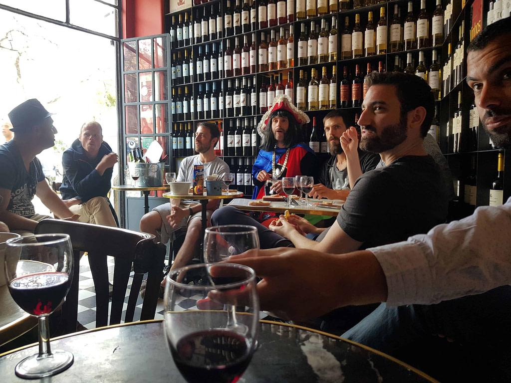 Dégustation des vins de Lisbonne pendant un EVG arrosé lors d'une visite guidée en français par monlisbonne.com