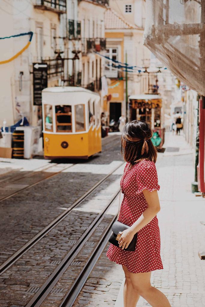 Jeune étudiante erasmus explorant les ruelles insolites du bairro alto et de bica
