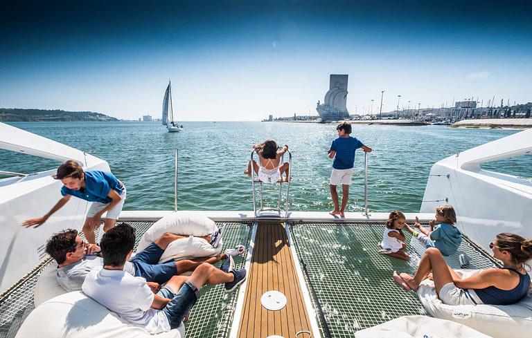 Fête de prestige à Lisbonne pendant un tour de catamaran sur le Tage.