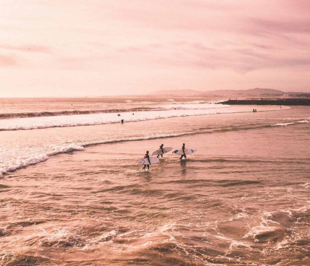 Surfer pendant un cours de surf pour débutant ou confirmé à Lisbonne sur les plages de Carcavelos ou de Caparica